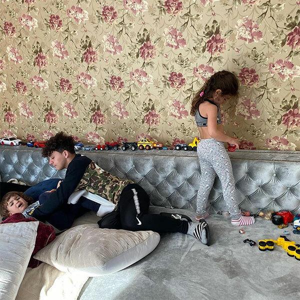 Ngoài những khoảnh khắc đầm ấm vui vẻ của gia đình, bà mẹ 5 con cũng hé lộ hình ảnh khi các con ở nhà là đồ chơi để đầy trên giường và đứa lớn trêu đứa bé.