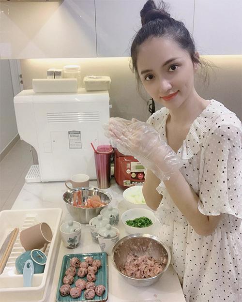 Hoa hậu Hương Giang trẻ trung hơn tuổi nhờ bộ váy chấm bi phối màu đen trắng.