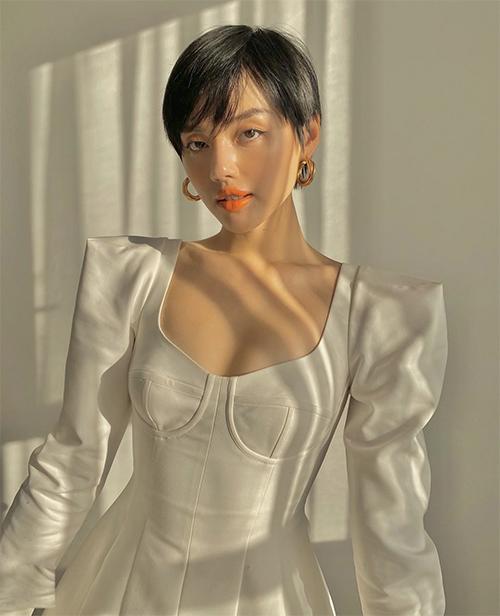 Trong thời gian tự cách ly tại nhà, Khánh Linh cũng tìm thú vui bằng cách mix trang phục đẹp và tự chụp ảnh trong phòng.