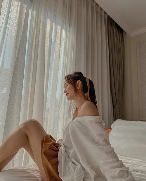 Trang phục mặc ở nhà trong mùa nắng của Minh Hằng đơn giản với áo linen dáng rộng và chân váy ngắn tông nâu.