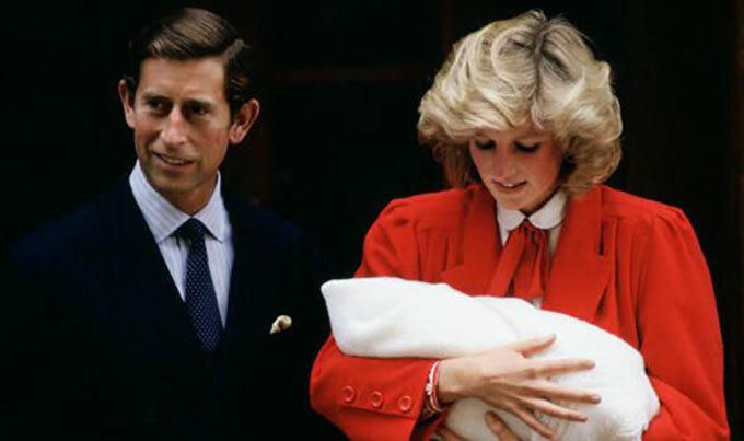 Công nương Diana bế Hoàng tử Harry ra mắt báo giới và công chúng vào tháng 9/1984. Ảnh: UK Press.