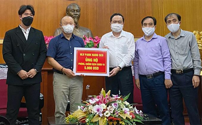 HLV Park Hang-seo trao 5.000 USD ủng hộ quỹ phòng chống dịch Covid-19. Ảnh: VFF.
