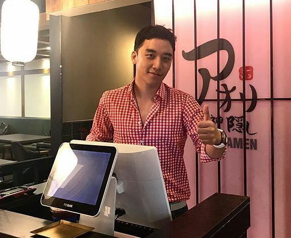 Seungri tại tiệm mỳ anh sáng lập.