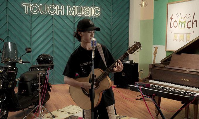 Giọng ca nhí khoe tài chơi nhiều loại nhạc cụ khác nhau như guitar, piano, trống...