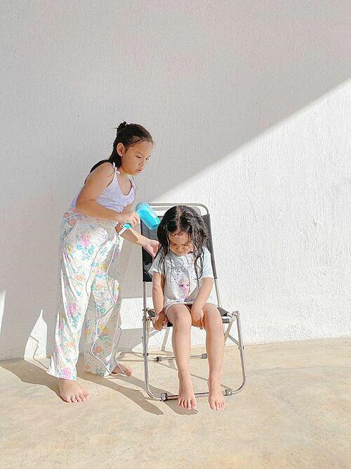 Hai con nhà Phạm Quỳnh Anh tự chăm sóc cho nhau khi xa mẹ.