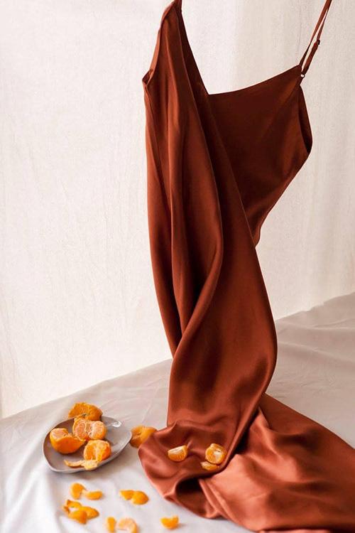 Đầm hai dây thiết kế trên chất liệu lụa mềm mại của Li Lam có giá từ 990.000 đồng đến 1.790.000 đồng.