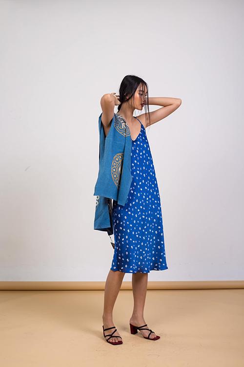 Trong thời điểm mọi người cần ở nhà để bảo vệ an toàn cho chính bản thân thì slip dress trở nên hữu dụng bởi sự tiện lợi và thoải mái.