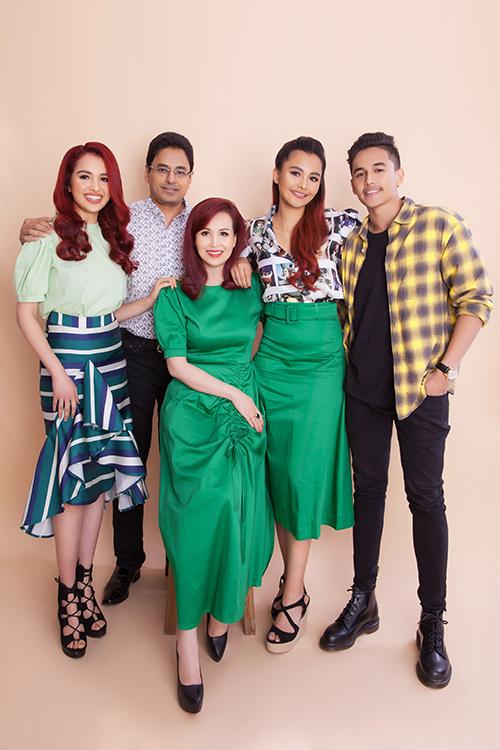 Hoa hậu Diệu Hoa bên ông xãManeesh Dane cùng ba con.