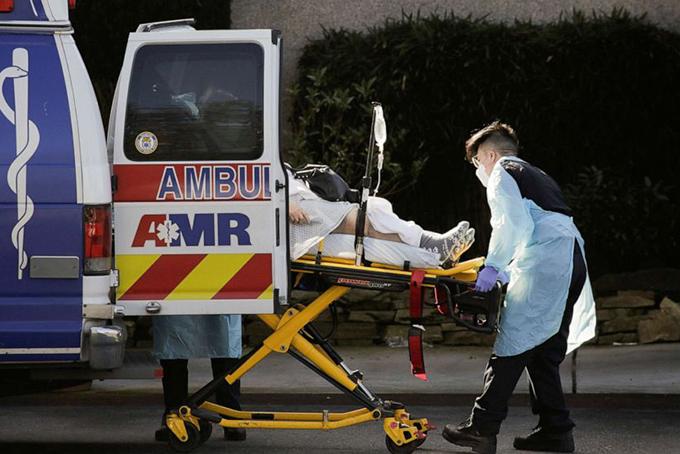 Đội xe cấp cứu thành phố New York hú còi liên tục. Ảnh: NYT.