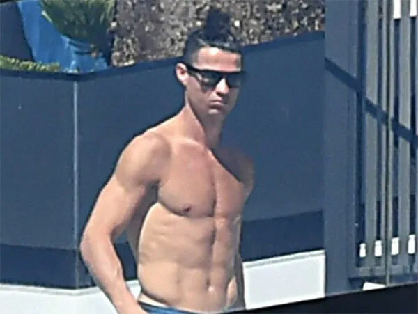 C. Ronaldo cởi trần tắm nắng trên ban công biệt thự ở Madeira, Bồ Đào Nha, trong thời gian tự cách ly tuần trước. Ảnh: Sun.