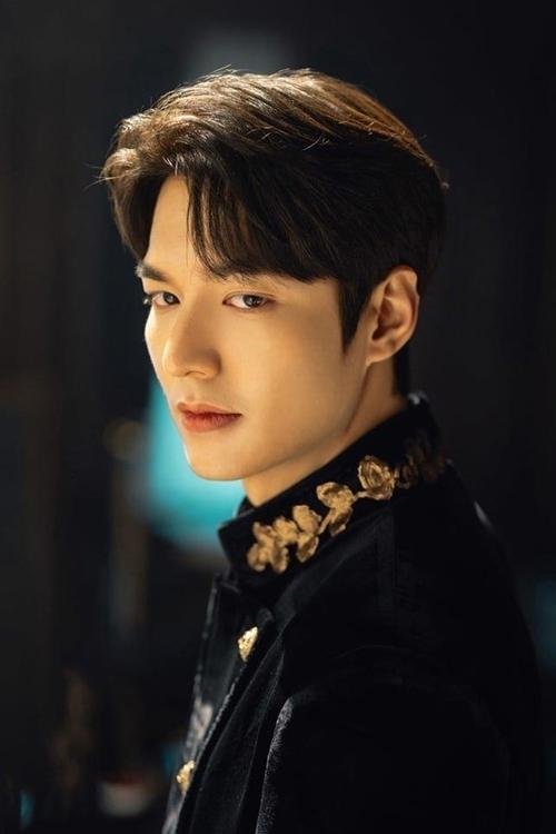 Trước đó, Lee Min Ho gây sốt với tạo hình lịch lãm trong trang phục quân vương màu đen đầy bí hiểm và uy quyền.