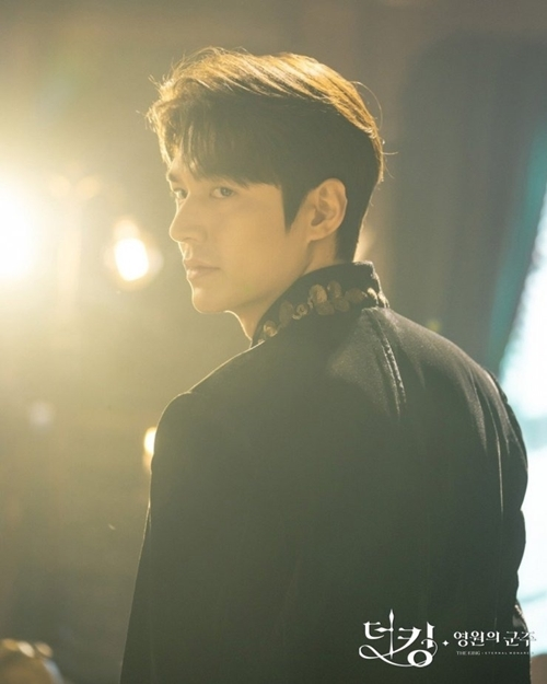 Lee Min Ho nhận vai diễn hồi tháng 5 năm ngoái, không lâu sau khi anh kết thúc hai năm nghĩa vụ quân sự. Từng hợp tác với Lee Min Ho trong phim Những người thừa kế, hãng Hwa & Dam nói, anh là diễn viên mà họ tin tưởng. Nhà sản xuất đảm bảo khán giả sẽ thấy một Lee Min Ho thêm trưởng thành và sâu sắc trong diễn xuất với lần tái xuất này.