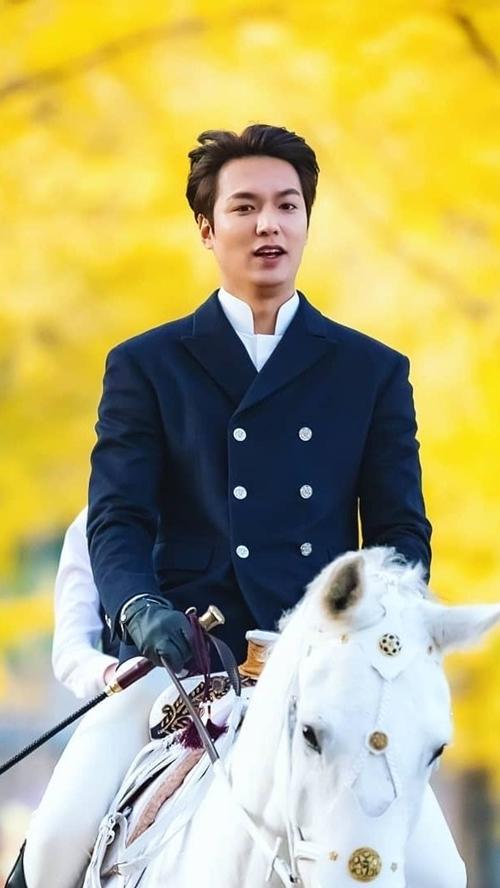 Lee Min Ho rạng ngời khi quay cảnh cưỡi ngựa.