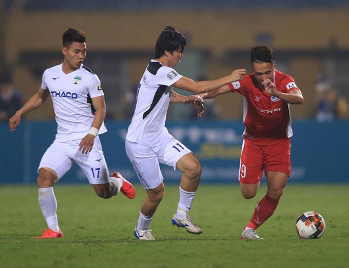 HAGL (áo trắng) có thể sử dụng sân Thiên Trường của Nam Định làm sân nhà ở phần còn lại của của V-League 2020. Ảnh: VPF.