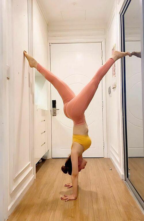 Cá sấu chúa Quỳnh Nga tập yoga tại nhà và khuyên mọi người hạn chế ra ngoài.
