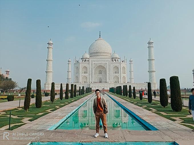 Đền Taj Mahal: Ngôi đền Taj Mahal tại thành phố Arga, bang Utar Pradesh là một trong những điểm nổi bật, thu hút du khách khắp nơi trên thế giới khi tới Ấn Độ. Ngôi đền là biểu tượng về tình yêu bất diệt, là công trình do vua Shah Jahan xây dựng để tưởng nhớ người vợ thứ ba - hoàng hậu Mumtaz Mahal. Đền được xây chủ yếu bằng đá cẩm thạch trắng nên màu sắc dường như cũng thay đổi theo mỗi khoảnh khắc của ngày: ửng hồng khi rạng đông, trắng tinh khiết lúc mặt trời đã lên cao và nhuộm ánh vàng rực vào buổi hoàng hôn.
