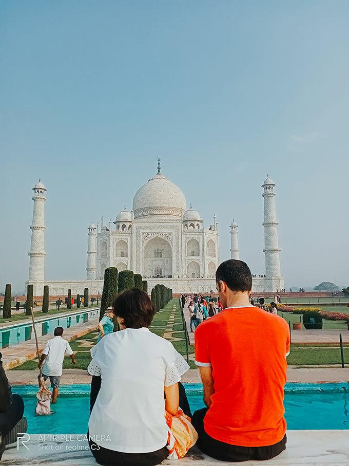 Khi có mặt tại ngôi đền, travel blogger Tô đứng ngẩn ngơ ngắm nhìn những đường nét mỹ lệ của Taj Mahal. Đến lúc về nhà xem lại những bức ảnh được chụp bằng điện thoại Realme C3, anh vẫn còn cảm giác bồi hồi.
