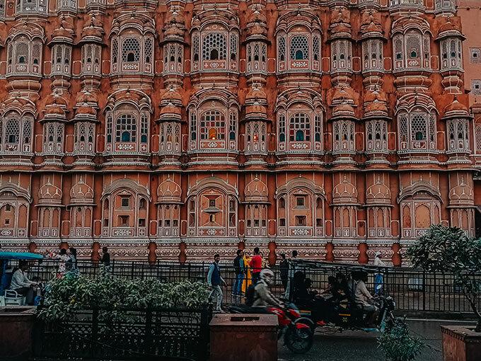 Thành phố màu hồng Jaipur: Rời Arga cổ kính, gác lại câu chuyện về tình yêu mãnh liệt của ngôi đền Taj Mahal, Tô đến thành phố Jaipur nằm ẩn mình tại vùng bán sa mạc, với những công trình kiến trúc độc đáo được phủ đầy màu hồng. Bất kỳ du khách nào tới Jaipur cũng có cảm giác như bị cuốn vào một giấc mộng màu hồng giữa đời thực. Thành phố hiện lên như một viên ngọc ruby giữa cái nắng oi ả và khô hanh của vùng bán sa mạc.