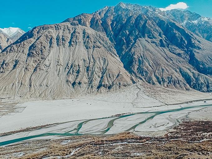 Thung lũng Nubra: Được mệnh danh là một trong những điểm tham quan không thể bỏ qua ở Ladakh, thung lunhx Nubra sở hữu vẻ đẹp tinh khiết và hùng tráng của những dãy núi vút cao, những con đường đầy màu sắc, dòng sông Shyok vắt ngang... Đổi lấy sự khó khăn của quãng đường để đến Nubar, To nhận lấy những cảnh quan tuyệt sắc cùng các tu viện cổ sừng sững trên đỉnh đồi - nơi có thể ngắm những núi mây trùng điệp, con đường cát trải dài bất tận, nhấp nhô bóng người bước chậm rãi bên những chú ngựa hay lạc đà, bò yak.