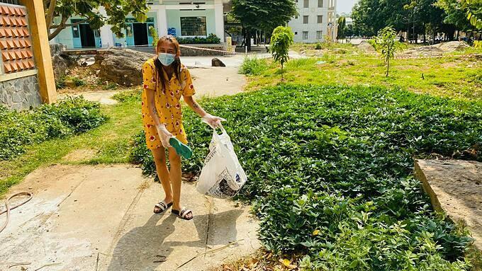 Võ Hoàng Yến nhặt rác tại khu cách ly tập trung. Siêu mẫu kêu gọi mọi người ý thức, vứt rác đúng nơi quy định.