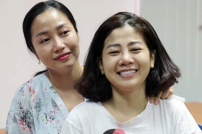 Ốc Thanh Vân (trái)luôn bên cạnh Mai Phương từ những ngày đầu trị bệnh.