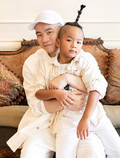 Nhím tên thật Đỗ Hoàng Phúc là con nuôi đầu tiên của Đỗ Mạnh Cường. Cậu bé có gương mặt và phong cách thời trang cá tính giống bố.
