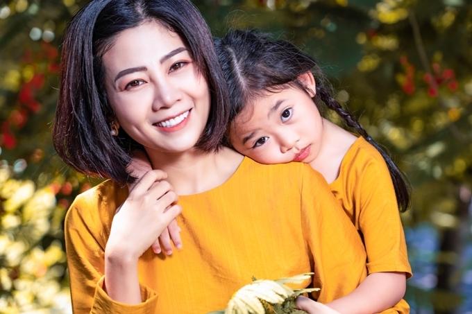 Mai Phương bên con gái Lavie.
