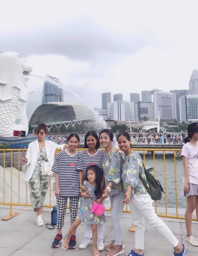 Mẹ con Mai Phương cùng bạn bè check-in ở công viên Merlion, phía sau biểu tượng sư tử biển nổi tiếng. Sau đó cô đưa con gái tham quan Garden by the bay. Bé Lavie rất thích thú vì được học hỏi nhiều điều mới lạ khi đi chơi ở nước ngoài.