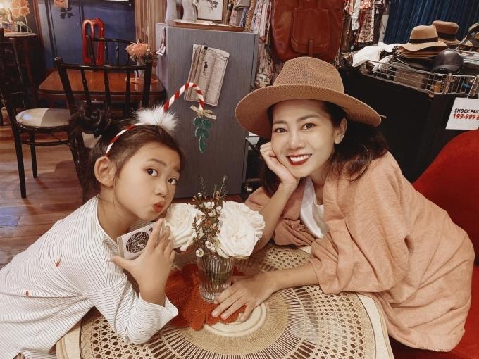 Nữ diễn viên chia sẻ trên trang cá nhân, hai mẹ con bung xõa hết nấc. Rồi vướng phải đặc sản Bangkok là dùkẹt xe làm trễ chuyến bay nhưng cái tội ghiền mua sắm không bỏ được nên cả hai đã sà vào