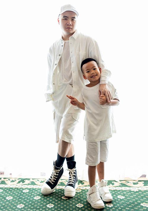 Bé Tít lớn tuổi nhất trong số 6 con nuôi của nhà thiết kế. Nhóc tỳ rất tình cảm, hay nói lời yêu thương với bố.