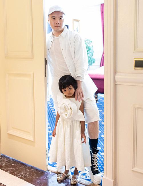 Ngược lại bé Linh Đan khá rụt rè, nhút nhát. Sau khi về với Đỗ Mạnh Cường, phải mất môt thời gian cô bé mới quen dần và ngày càng gần gũi với bố nuôi.