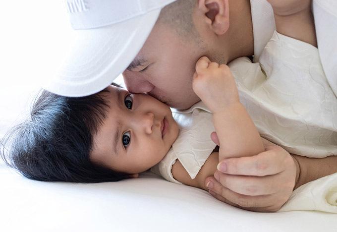 Nhã thiết kế âu yếm hôn con gái My My 10 tháng tuổi.