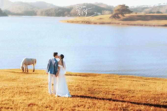 Cả hai chọn Đà Lạt để chụp ảnh cưới sau khi cân nhắc rất nhiều địa điểm, kể cả nước ngoài. Dù thời gian không có nhiều, uyên ương Hà Nội vẫn muốn có bộ hình cưới ấn tượng, lưu giữ những khoảnh khắc thật đẹp, bởi đám cưới với họ là một sự kiện quan trọng trong cuộc đời.