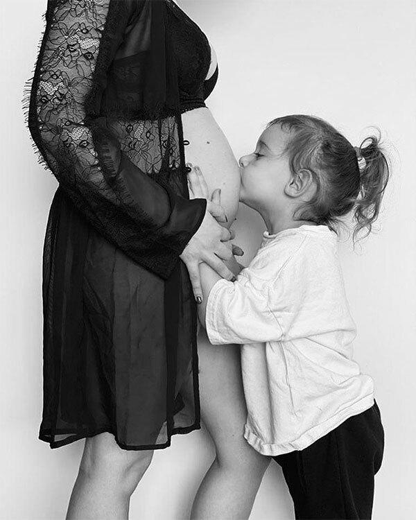 Vợ Bruno Fernandes với bụng bầu vượt mặt bên con gái Matilde. Ảnh: Instagram.