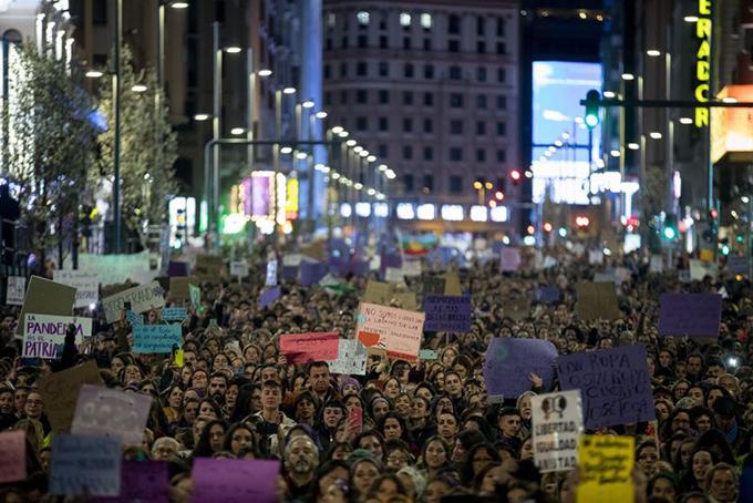 Người dân thủ đô Madrid đổ ra đường tham gia cuộc tuần hành hôm 8/3. Ảnh: Bloomberg.