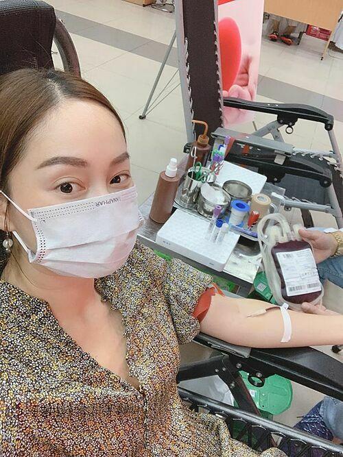 Diễn viên Lan Phương hiến máu.