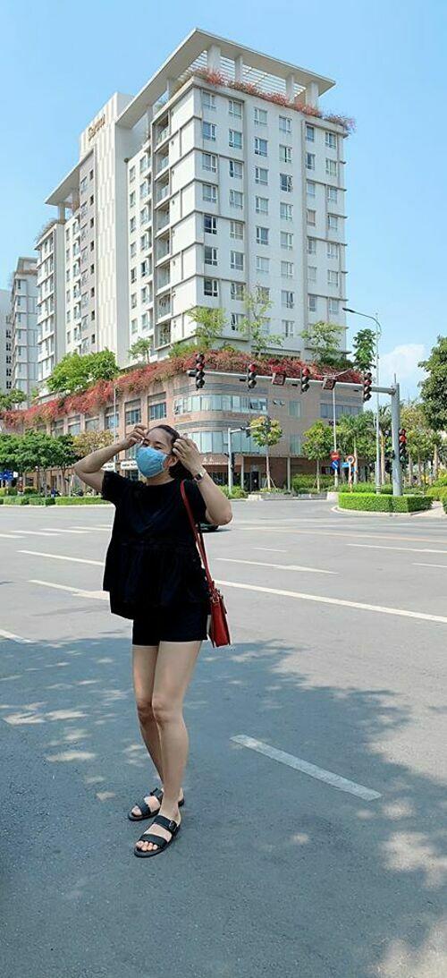 Diễn viên Lê Phương cho rằng: Tạo dáng có thể ngẫu hứng nhưng sống thì phải đúng mực.Vậymới dạy con mình được.