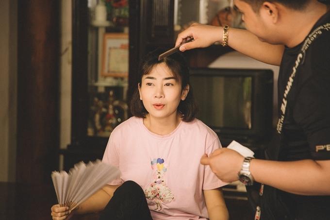 Một thành viên của đoàn phim chia sẻ với Ngoisao.net, Mai Phương làm việc nghiêm túc và chịu khó. Dù sức khỏe không tốt, cô tự lái xe đi làm. Nhiều hôm, nữ diễn viên chạy xe 50 km tới địa điểm quay, khiến cả đoàn đều lo lắng và xót xa. Phía nhà sản xuất cũng tạo điều kiện hỗ trợ cô trong quá trình hợp tác.