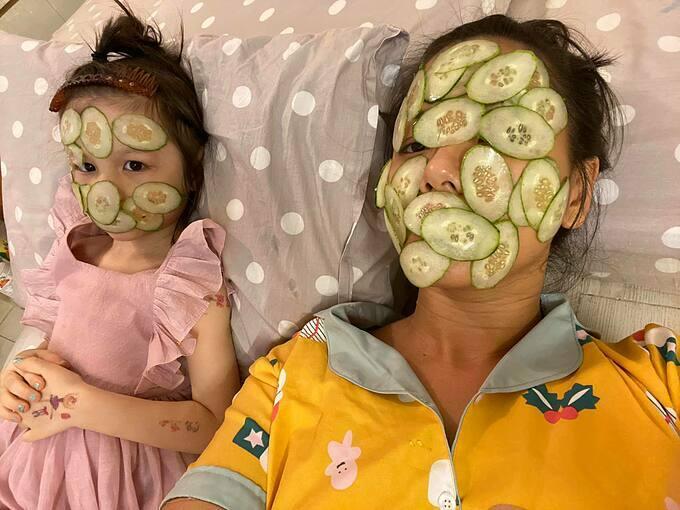 Con gái rủ Phương Vy Idol đắp mặt nạ dưa leo thư giãn khiến nữ ca sĩ bất ngờ.