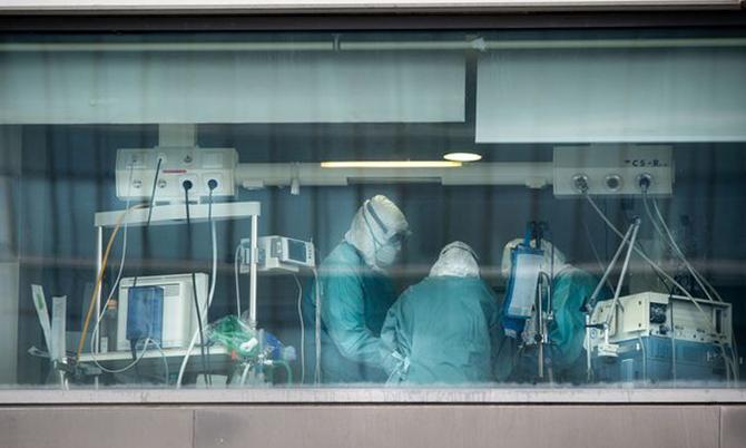 Các bác sĩ bệnh viện La Paz ở thủ đô Madrid đang cấp cứu cho một bệnh nhân Covid-19. Ảnh: Bloomberg.