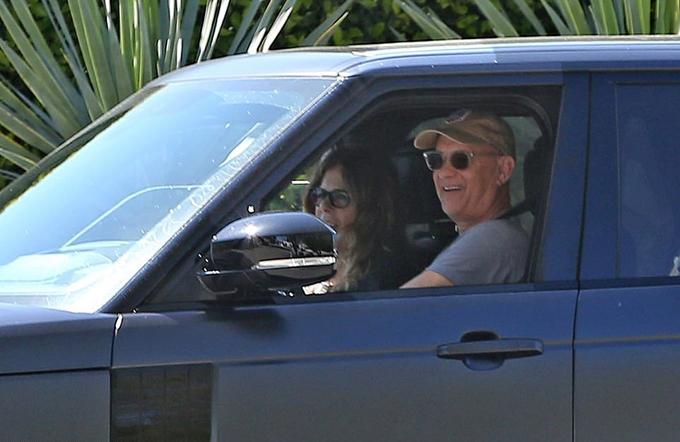 Tom Hanks lái xe chở vợ quanh khu Los Angeles chiều 27/3. Vợ chồng nam diễn viên Hollywood trông đã hoàn toàn khỏe lại sau gần ba tuần nhiễm nCoV tại Australia trong khi đang quay phim tiểu sử về danh ca Elvis Presley.
