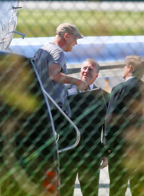 Tom Hanks đã thuê phi cơ riêng bay về Mỹ. Tài tử và bà xã được trông thấy đáp xuống một sân bay ở Los Angeles vào sáng 27/3.