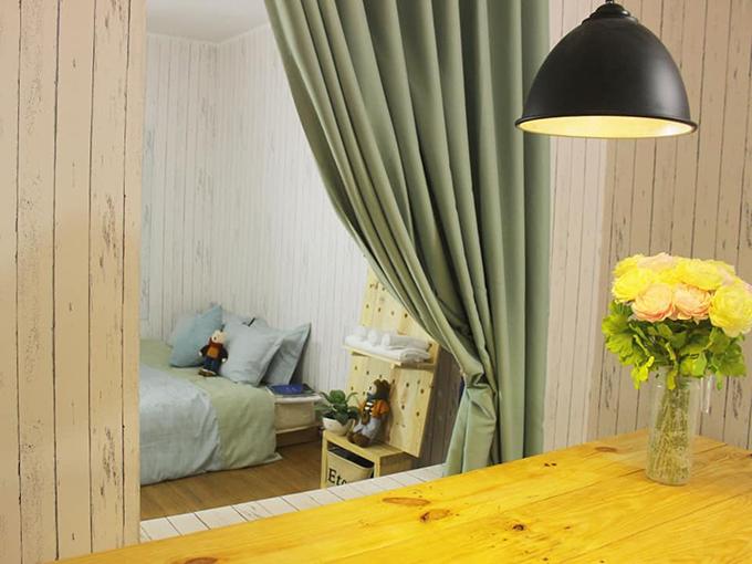 Phòng ngủ của các con chị Tú có cửa sổ nhìn ra bàn ăn.