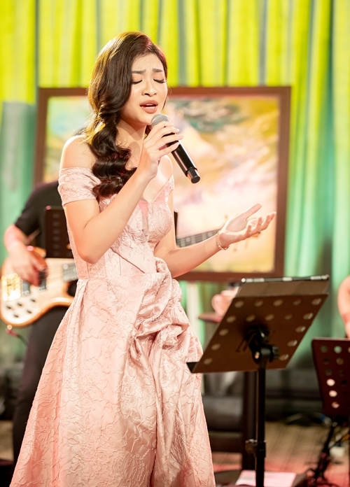 Kiều Loan hát trong chương trình tối 27/3.