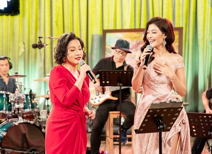 Kiều Loan (phải) song ca Mỹ Linh.