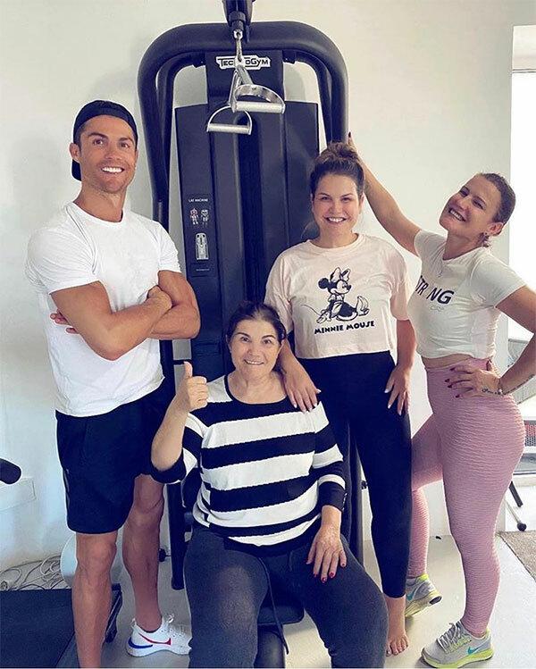 C. Ronaldo lần đầu chia sẻ ảnh bên mẹ sau khi bà Dolores được ra viện. Ảnh: Instagram.