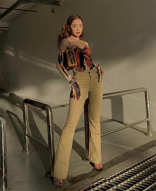 Diện áo hai dây tông màu bắt mắt, Chi Phu khéo hack dáng với thiết kế quần ôm, ống loe nhẹ. Túi cặp nách của Louis Vuitton và sandal quai mảnh được cô chọn lựa để hoàn thiện set đồ.