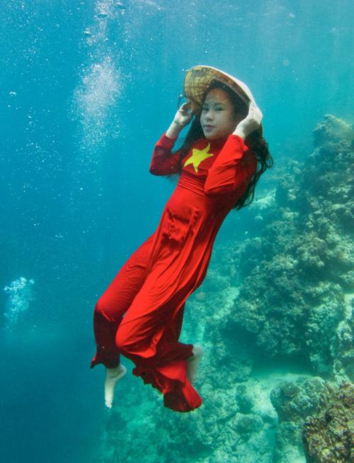 [Caption]Mới 12 tuổi nhưng cô bé là thợ lặn bình khí chuyên nghiệp có bằng Jounior Open Water với kinh nghiệm gần 100 ca lặn khắp các vùng biển Việt Nam, Philippin, Thai Lan, Maldives...