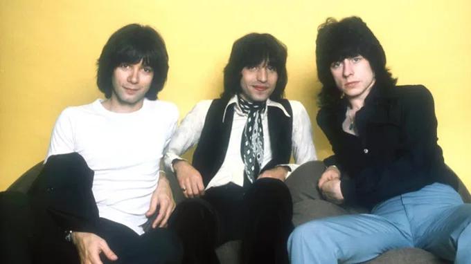 Alan Merrill (bên trái) cùng hai thành viên ban nhạc The Arrows.