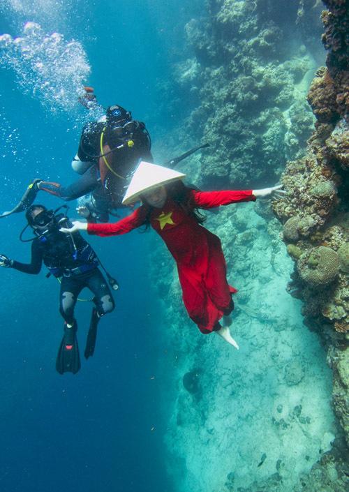Hoa hậu thanh lịch nhí đội cả nón lá xuống biển diễn xuất. Các huấn luyện viên lặn được thuê đi theo để bảo đảm an toàn và hỗ trợ Bella Vũ chụp ảnh.